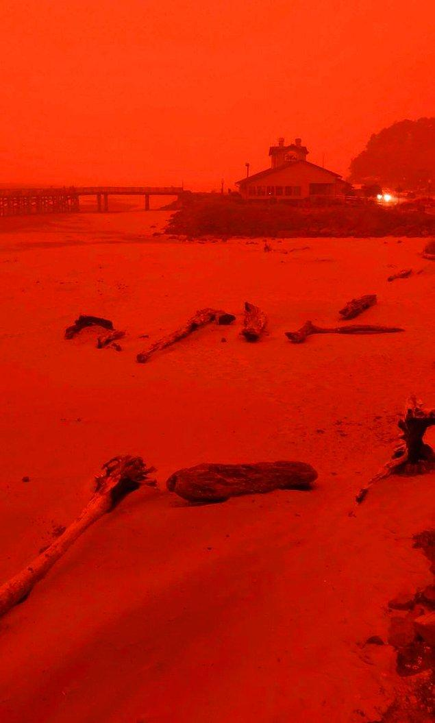 6. Gökyüzündeki bu renk değişiminin nedeni ise yangınlar. Bu ürkütücü görüntüyü ise birçok insan sosyal medya hesabında paylaştı.