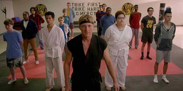 Cobra Kai'nin Karate Kid'in devam dizisi olduğunu belirtmemizde de fayda var.