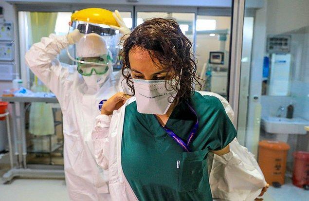 Koruyucu kıyafetler içinde insani ihtiyaçlarını karşılayamayan sağlıkçıların, tulumları çıkardıklarında terden sırılsıklam oldukları da görülüyor.