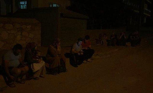 İlçede panik yaşayan çok sayıda vatandaş depremin ardından sokaklara çıktı.