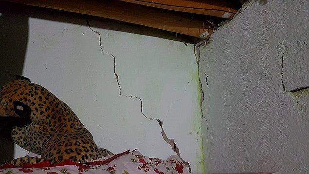 Bazı binaların duvarlarında ise çatlaklar meydana geldi.