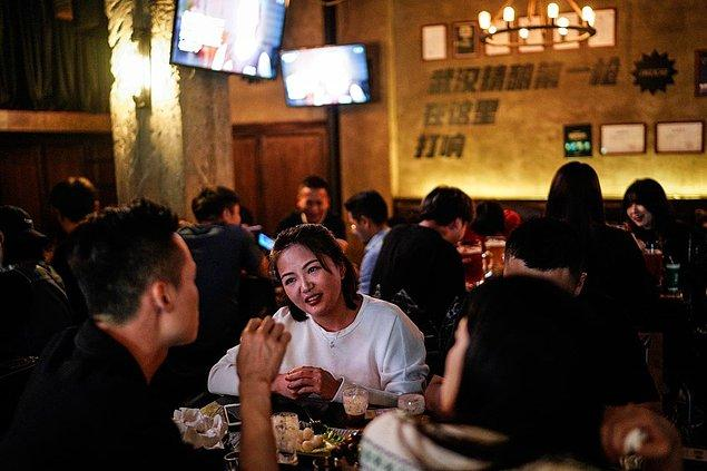 """Wuhan'da bu hafta sonu görüntülenen gece hayatı, """"Sanki hayatlarında hiç corona virüsle karşılaşmamış gibiler"""" dedirtti."""