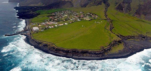 """Yalnızca 300 kişilik nüfusu olan ve dünyanın """"ulaşımı en zor"""" yeri ilan edilen Tristan da Cunha Adası, 1506 yılında keşfedilmiş."""