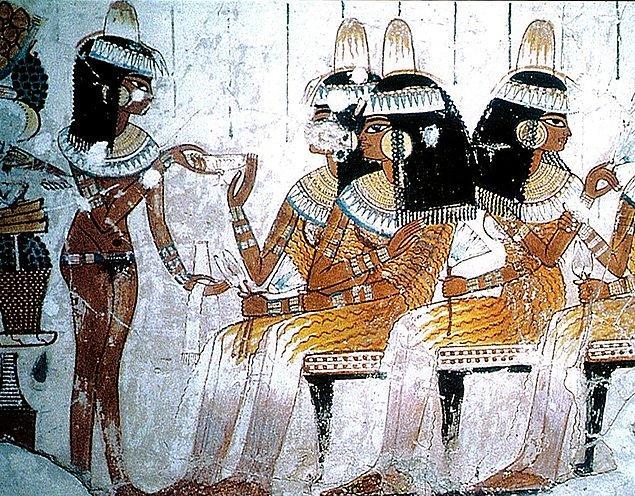 Milattan önce Antik Mısır'da ne dini ne de resmi bir evlilik söz konusu değildi. Eğer iki kişi birlikte yaşıyorsa evli sayılıyordu.