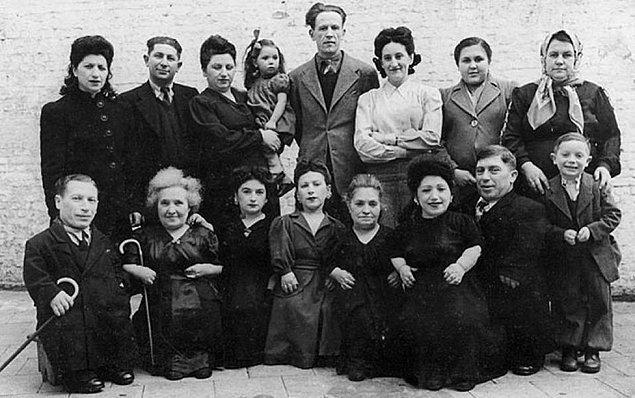 Dr. Mengele'nin deneylerine tabi tutuldukları süreç boyunca cüceler kendi kıyafetlerini giyebiliyorlardı. Üstelik kendilerine ait bir yıkanma leğenleri ve kişisel yatakları bile vardı.