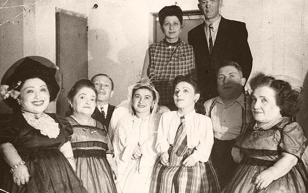 Dr. Mengele defalarca bayılana kez Ovitz ailesinin kanını aldı. Kulaklarına kaynar su dolu torbalar ve buz torbaları tutuldu.