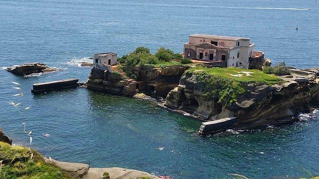 Akdeniz bilindiği üzere güzel adaları ile meşhurdur. Fakat Napoli sınırları içerisinde yer alan Gaiola Adası hiç de bu güzelliğe dahil değil...