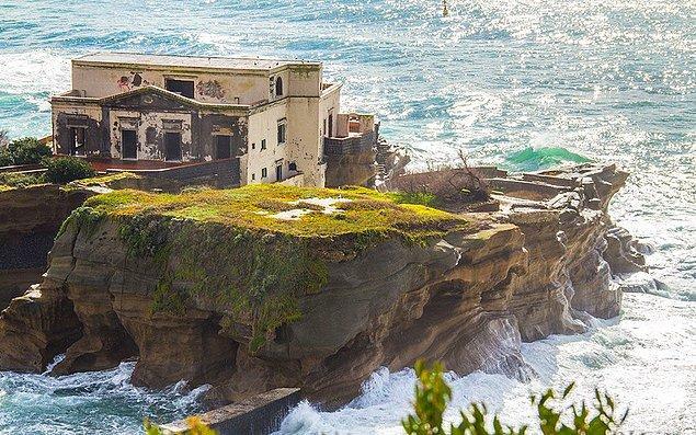 Napoli Körfezi'nde yer alan ve kıyıya çok yakın bir konumda olan Gaiola Adası, iki parçadan oluşuyor.