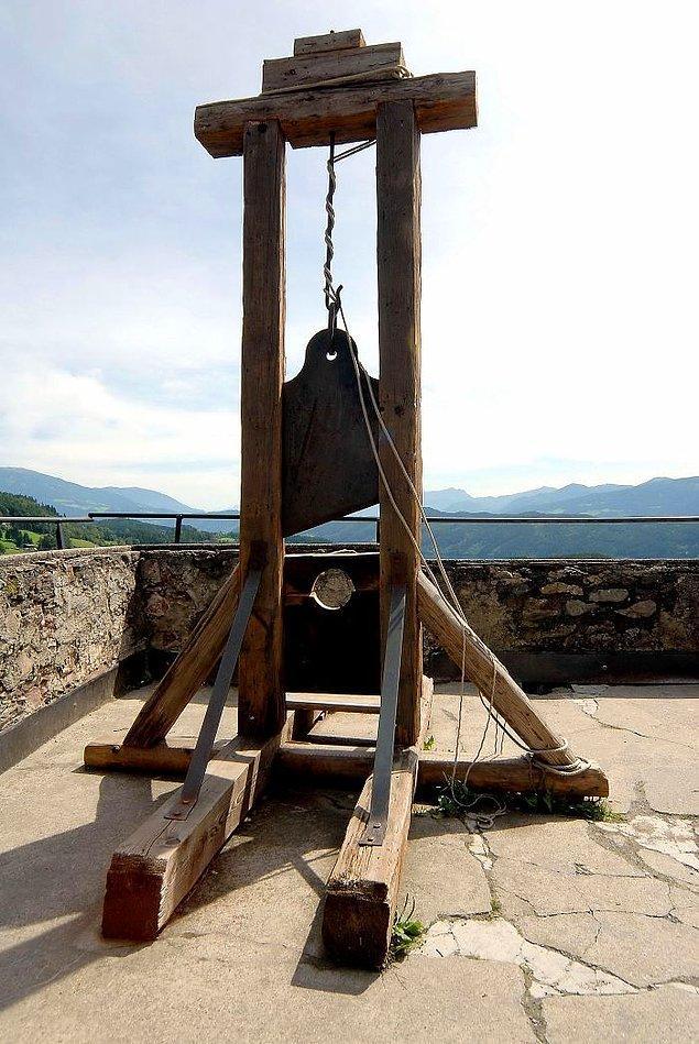 17. Fransız Devrimi sürecinde giyotinle idam edilecek mahkumlar, gün içindeki idamlar ilerledikçe mekanizmanın bıçaklar köreldiği için ilk idam edilen mahkumlardan olmak istiyorlardı.