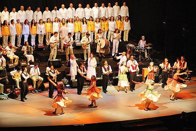 """""""Halkların kardeşliği"""" tanımını müzikle bir araya getirerek her dilden, her ezgiden kalplerimize dokunan müthiş oluşum Kardeş Türküler'i hepimiz en az bir kere duymuşuzdur."""