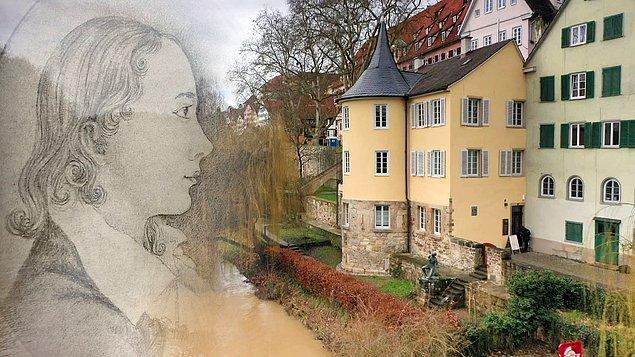 Hölderlin'in hayatı Ernst Zimmer adında bir marangoz ile karşılaştığında baştan aşağı değişir ve kendisinin Hyperion kitabını okumuş olan bu marangoz, çaresiz sanatçıya Neckar nehrinin yanındaki evinin 1. katını tahsis eder.