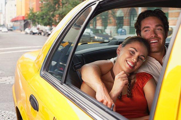 Gün geçmiyor ki yeni bir tartışma konumuz olmasın. Şimdiki konumuz, çift olarak binilen takside erkeğin öne mi yoksa kadınla birlikte arkaya mı oturmasının daha doğru olduğu. Buyurun sohbete...