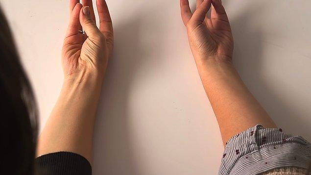 Örneğin kolunuzu düz bir yüzeye koyup baş parmağınızla serçe parmağınızı birleştirin. Elinizin ucunu da hafifçe havaya kaldırın.