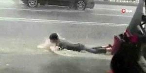 İstanbul'da Meydana Gelen Şiddetli Yağış Sonrası Yolda Yüzmeye Çalışan Vatandaş
