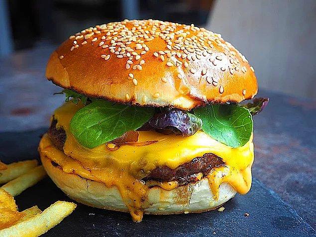 Hepimizin bir dönem mutlaka bayıla bayıla tükettiği hamburger ile başlayalım o zaman...