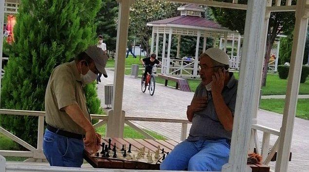 21. Namazdan önce satranç oynayan dayılarımız...
