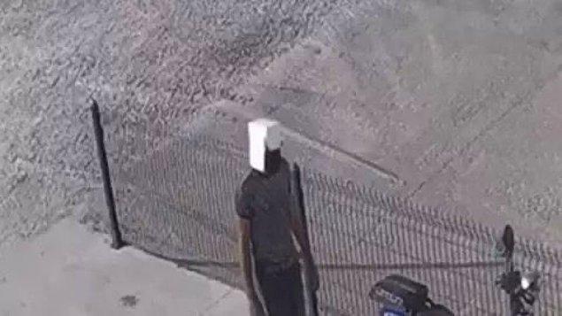 23. Motor çalmaya giderken kafasına kese kağıdı geçiren hırsız gibi hırsız.