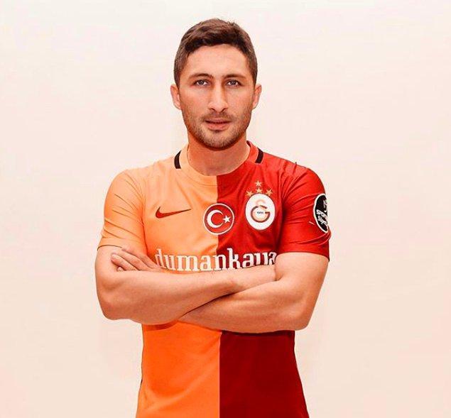 Sabri Sarıoğlu'nun kim olduğunu uzun uzun anlatmamıza gerek yok sanıyorum. Kendisi 1999 yılından 2017'ye kadar Galatasaray'da forma giyen Türk eski milli futbolcu.