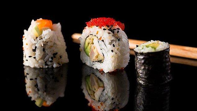 """2. Sushi """"çiğ balık"""" demek değil ve hatta her sushide balık bulunmuyor. Sushi, sirkeli pirinç içeren her yemeğe deniyor."""