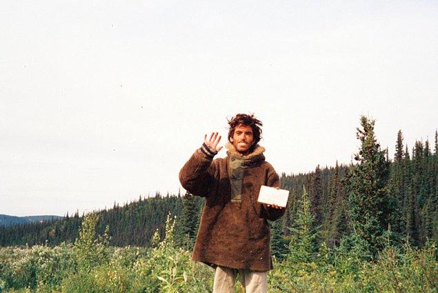 1. Into The Wild filminde hikayesini izlediğimiz Christopher McCandless'ın çıktığı Alaska gezisinde çektiği son fotoğraflarından biri.