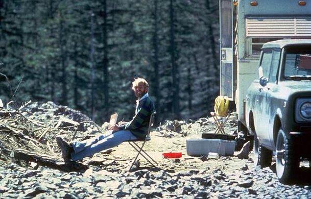 2. Volkan bilimci David. A. Johnson, 1980 yılındaki volkan patlamasında hayatını kaybetmeden önce kampta oturuyor. Volkandaki sismik aktiviteyi de kendisi bildirmişti.