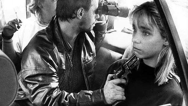7. Silahı görene kadar bu kadının rehin alındığını bir an için fark etmiyorsunuz. Bu fotoğraf çekilene kadar soyguncular iki kişiyi çoktan öldürmüştü.