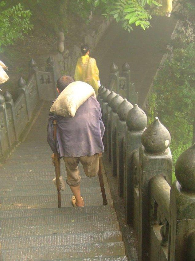 11. Çin'de araçların çıkamadığı dağlara taşımacılık yapan birisi.