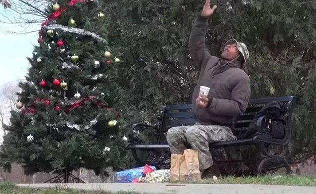 12. Bu fotoğraf, sokakta yaşayan adamın yanına uyurken hediyeler bırakılmasının ardından çekildi.