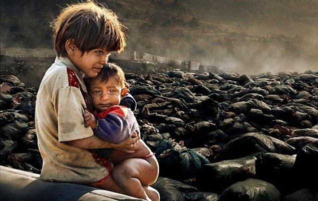 15. Nepal çöplüklerinde yaşayan iki kardeş.
