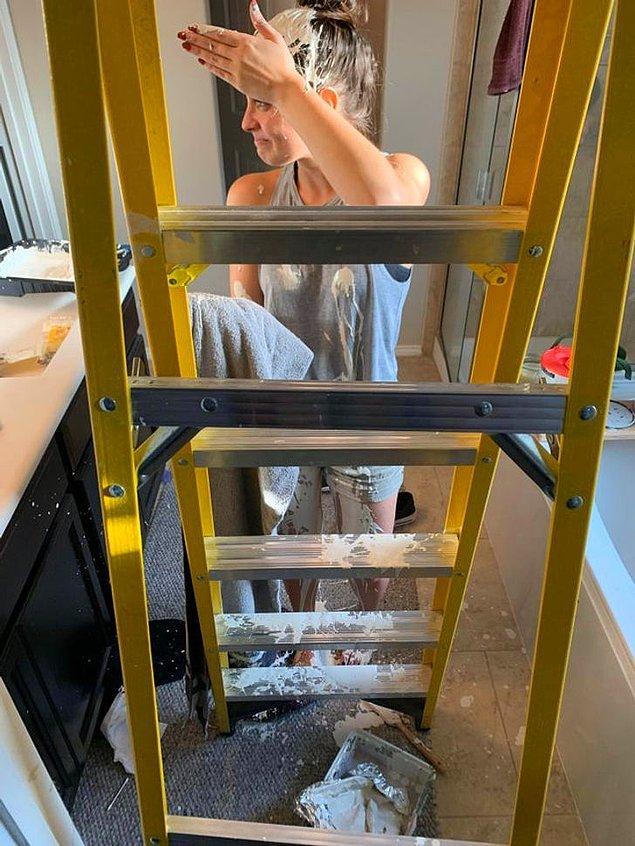 """13. """"Boyanın merdivenin üstünde olduğunu unutarak merdiveni toplamaya çalıştım."""""""