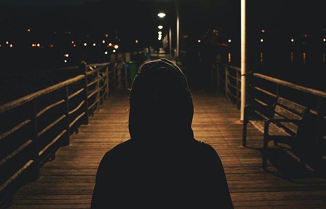 Ancak, genellikle yaşanan travmadan sonra ortaya çıkan hastalık, etrafta yaşananlara karşı içsel olarak da hissizleşmeye sebep olur.