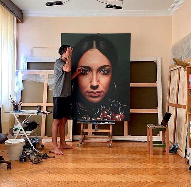 Alican 1989 yılında Adıyaman'da doğdu. Şu anda ise İstanbul'da çalışıyor ve yaşıyor.