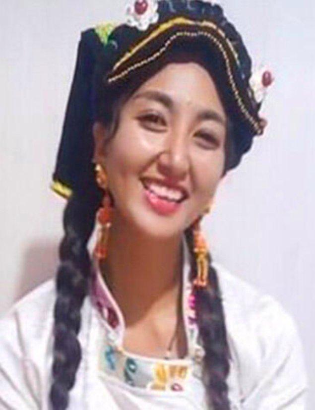 Çin'de Lamu adıyla bilinen ve köy hayatı videoları çeken genç kadın, Çin'in TikTok'u olarak bilinen Douyin'de canlı yayın yaptığı sırada kocası tarafından üzerine benzin dökülerek yakıldı!