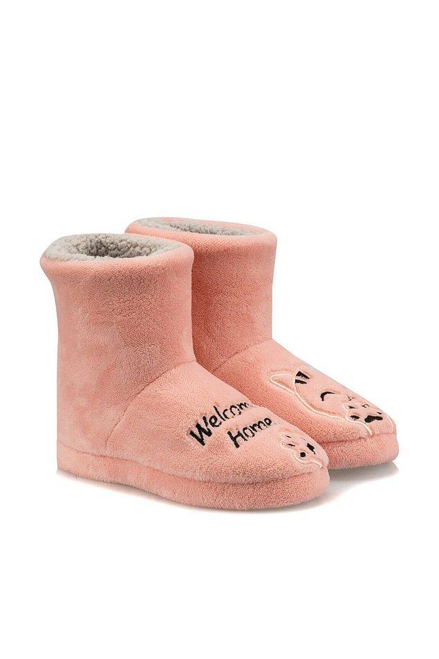 5. Eve geldiğinizde sizi karşılayacak olan sıcacık panduflarınız pembe olsun isterseniz bu modeli de içiniz rahat bir şekilde alabilirsiniz. Pudra rengi ev botu ayaklarınızı hem sıcacık tutacak hem de çok rahat ettirecek.
