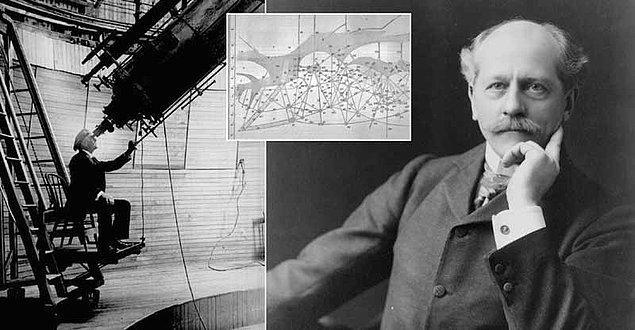 İlk keşfeden ve Dünya'ya duyuran kişi Clyde Tombaugh'dur.