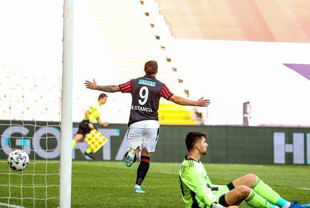 Maçın 8. dakikasında sağ kanattan ceza sahasına gönderilen ortaya Stancu boş pozisyonda kafasıyla vurdu ve deplasmanda takımını 1-0 öne geçiren golü kaydetti.