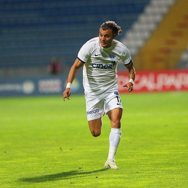 45+2. dakikada Aytaç'ın pasında sağ kanatta topla buluşan Yusuf Erdoğan, içeri kat ederek ceza sahası dışından sol ayağıyla müthiş bir vuruş yaptı ve ağlara giden topla takımını öne geçirdi: 1-0.