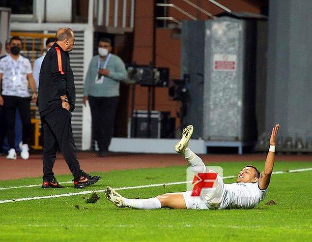 Yusuf Erdoğan, ilk yarının son anlarında attığı harika golün sevincini Fatih Terim'in tam önünde yaşadı.
