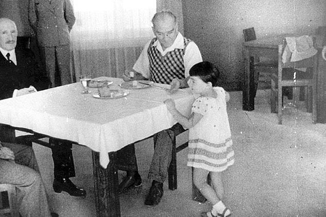 Atatürk, ziyafetlerde çok yemek yenmesinin tasarrufa aykırı bulunduğunu söyleyerek sağlığa zararlı olduğunu söylemiştir diyor.