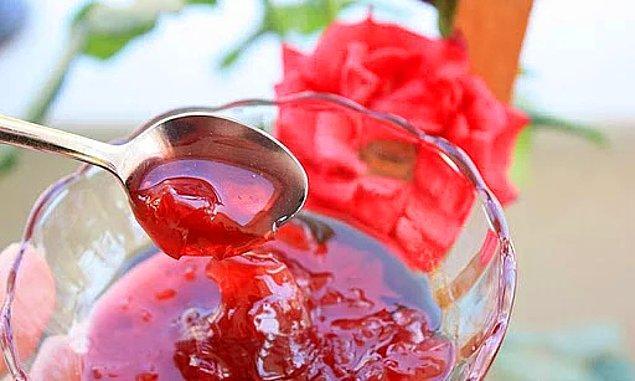 Tatlılarla arası iyi olmayan Ulu Önderin tek sevdiği tatlı türünde besin ise gül reçeli imiş.