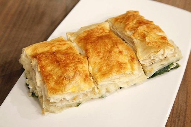 Çocukluğunda annesinin yaptığı Selanik'in ıspanaklı böreği ise vazgeçilmezleri arasındaymış.