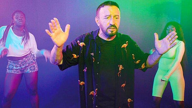 8. Hürriyet gazetesi magazin yazarı Mehmet Üstündağ, şarkıcı Mustafa Topaloğlu'nun dansçılarının otel parasını ödeyemediği için onları evinde ağırladığını iddia etti.