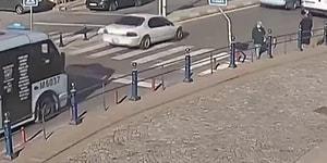 Tuzla'da Bir Minibüs Şoförü Yaşlı Çiftin Yolun Karşısına Geçebilmesi İçin İki Şeridi Trafiğe Kapattı