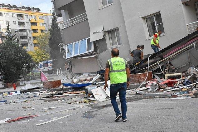 18:20 11 katlı binanın ilk 3 katı çöktü, markette 20 kişinin mahsur kaldığı iddia edildi