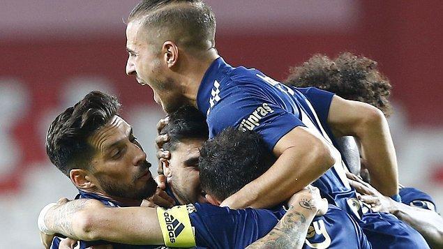 Fenerbahçe puanını 17 yaparak maç fazlasıyla liderliğe oturdu.