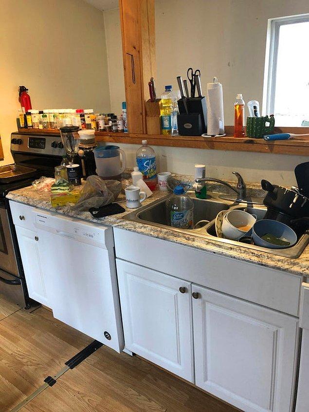 """11. """"Ev arkadaşlarım mutfağı sürekli böyle bırakıyor. Taşınana kadar odamdan çıkmayı düşünmüyorum."""""""