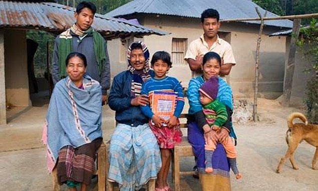 Genç erkeklerin kadınları koruyamayacağına inanılan kabilede yaşayan Aorola da babası ile evlendirilmiş.
