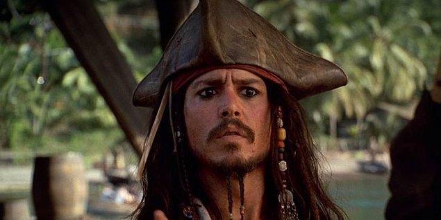 3. 'Karayip Korsanları: Siyah İnci'nin Laneti' filminin neredeyse tamamında Jack Sparrow, lastikten yapılmış bir şapka takmaktadır.