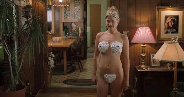 2. Film ve dizilerde kadınlar karşılarındaki insanı baştan çıkartmak için vücutlarına krema sürüyorlar. Bir de şekilli falan, sanırsınız herkes pastacı.