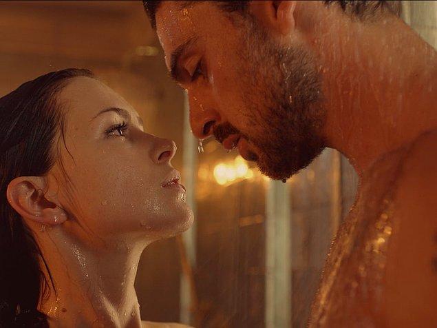 12. Filmlerde duşta seks yapan kadınların asla makyajı bozulmuyor, full makyaj girip çıkıyorlar duştan.